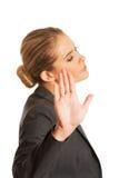 Frau, die ein Stoppschild mit ihrer Hand macht Lizenzfreie Stockbilder