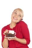 Frau, die ein Telefon und eine Schutzkappe des Kaffees anhält Lizenzfreie Stockbilder