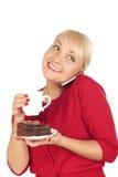 Frau, die ein Telefon und eine Schutzkappe des Kaffees anhält Lizenzfreie Stockfotos