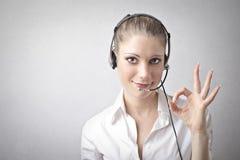 Frau, die ein Telefonist ist Lizenzfreie Stockfotos