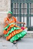 Frau, die ein Trachtenkleid in altem Havana trägt Lizenzfreies Stockfoto