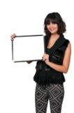 Frau, die ein unbelegtes Zeichen anhält Lizenzfreie Stockfotografie