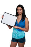 Frau, die ein unbelegtes Zeichen anhält Lizenzfreie Stockfotos