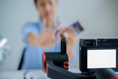 Frau, die ein Video für ihr Blog auf Kosmetik unter Verwendung des digitalen Nockens herstellt Lizenzfreies Stockfoto