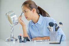 Frau, die ein Video für ihr Blog auf Kosmetik unter Verwendung des digitalen Nockens herstellt Stockbilder