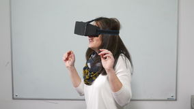Frau, die ein Videospiel mit speziellem Ausrüstungskopfhörer VR während des Tests spielt stock video footage
