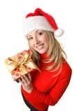 Frau, die ein Weihnachtsgeschenk anhält lizenzfreie stockbilder