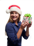 Frau, die ein Weihnachtsgeschenk hält Lizenzfreie Stockbilder