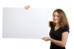 Frau, die ein Zeichen anhält. Lizenzfreies Stockfoto