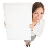 Frau, die ein Zeichenplakat des weißen Vorstands zeigt Lizenzfreies Stockfoto