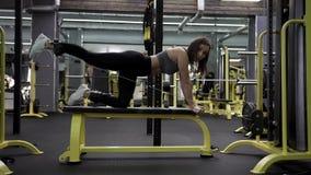 Frau, die eine Übung mit Gewichten in der Turnhalle tut stock video footage
