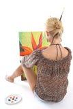 Frau, die eine Abbildung über Weiß malt Stockfotos