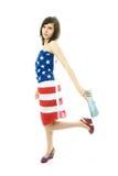 Frau, die eine amerikanische Flagge trägt Lizenzfreie Stockbilder