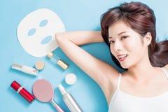 Frau, die eine anregende Gesichtsbehandlung von einem Therapeuten im Berufsklinikbadekurort hat stockbilder