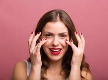 Frau, die eine Augencreme aufträgt Lizenzfreie Stockfotografie