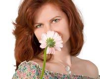 Frau, die eine Blume riecht Stockfotos