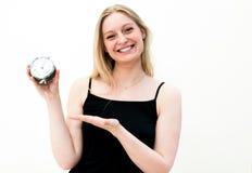 Frau, die eine Borduhr anhält Lizenzfreie Stockfotografie