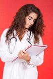 Frau, die eine Buchanmerkung und -c$schreiben anhält lizenzfreies stockbild