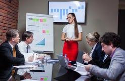 Frau, die eine Darstellung bei der Sitzung macht Lizenzfreie Stockfotografie