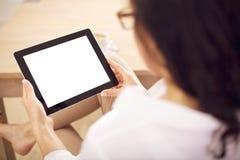 Frau, die eine Digital-Tablette in ihren Händen anhält Lizenzfreie Stockbilder