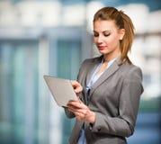 Frau, die eine digitale Tablette verwendet stockfotografie