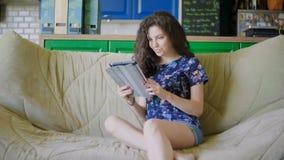 Frau, die eine digitale Touch Screen Tablette verwendet und Seiten in einer Liste verzeichnet stock footage