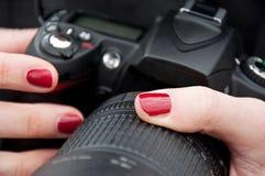 Frau, die eine dslr Kamera anhält Stockfoto