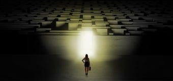Frau, die eine dunkle Labyrinthherausforderung beginnt stockbilder