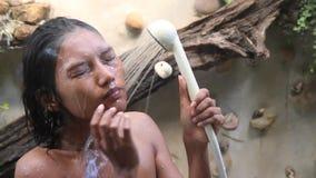Frau, die eine Dusche nimmt stock video