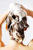 Frau, die eine Dusche nimmt und ihr Haar shampooing Auf Weiß Lizenzfreie Stockfotografie