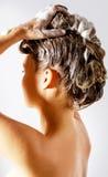 Frau, die eine Dusche nimmt und ihr Haar shampooing Lokalisiert auf Weiß Stockbild