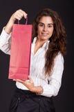Frau, die eine Einkaufstasche anhält stockfotos