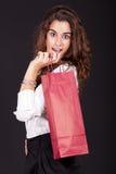 Frau, die eine Einkaufstasche anhält und glücklich schaut lizenzfreie stockfotos