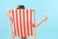Frau, die eine Eiscreme hält Stockbilder