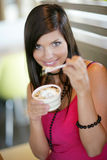 Frau, die eine Eiscreme isst. Lizenzfreies Stockbild