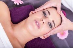 Frau, die eine entspannende Gesichtsmassage hat lizenzfreie stockbilder