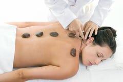 Frau, die eine entspannende Massagebehandlung empfängt lizenzfreies stockbild