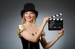Frau, die eine Filmschindel hält Stockbild