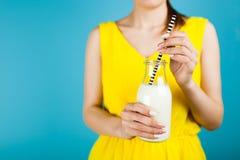 Frau, die eine Flasche Milch anhält Stockfotos