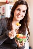 Frau, die eine Fruchtschüssel anhält Lizenzfreie Stockfotografie