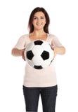 Frau, die eine Fußballkugel anhält Lizenzfreies Stockbild