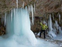 Frau, die eine gefrorene Spalte zeigt Lizenzfreie Stockfotos