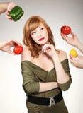 Frau, die eine Gemüsewahl trifft Stockfotos