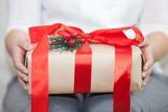 Frau, die eine Geschenkbox hält Lizenzfreie Stockfotografie