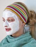 Frau, die eine Gesichtsmaske trägt Stockfotos