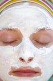 Frau, die eine Gesichtsmaske trägt Stockbild