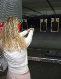 Frau, die eine Gewehr schießt Lizenzfreie Stockfotografie