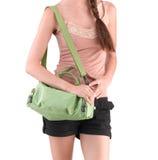 Frau, die eine grüne Segeltuchhandtasche trägt Stockfoto