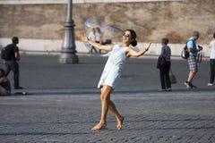 Frau, die eine große Seifenblase umarmend spielt Lizenzfreies Stockfoto