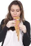 Frau, die eine indische Flöte spielt Stockbild